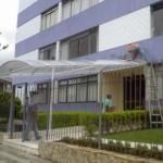 14_372_toldo_em policarbonato entrada de edifício transparante