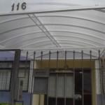 14_373_toldo_em policarbonato entrada de edifício transparante