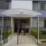 14_374_toldo_em policarbonato entrada de edifício transparante